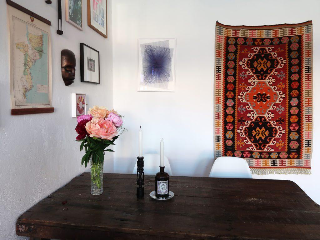 Foto im Wohnzimmer der Künstlerin Caroline Kryzecki