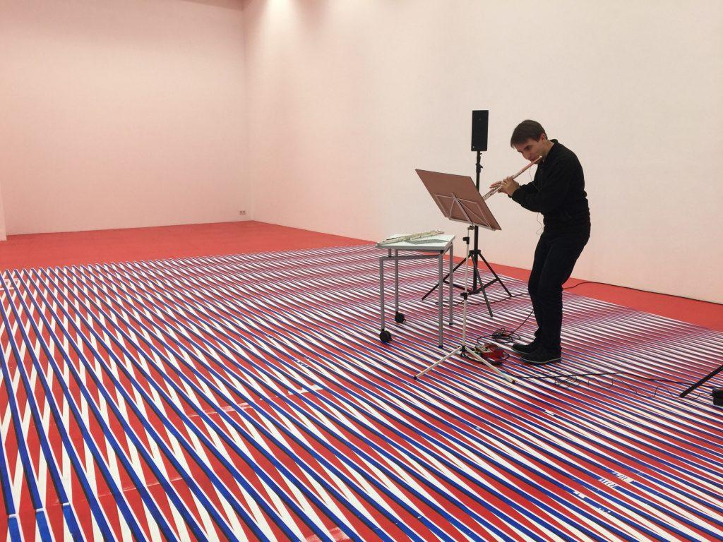 Der Musiker und Komponist Aaron Dan transformiert eine Zeichnung von Caroline Kryzecki in ein Musikstück. Das Stück für Flöte und Loop Machine heißt Kryzecki Structures. Aaron Dan hat das Stück in Kryzeckis Ausstellung Come out (to show them) in der Galerie Sexauer uraufgeführt.