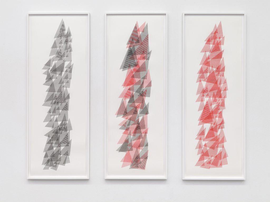 Ignacio Uriarte, Dreiklang,Schreibmaschine auf Papier, je 103,2 x 36 cm, 2017. Galerie Philipp von Rosen, Köln